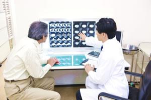 病院で交通事故後の検査を受けているイメージ写真